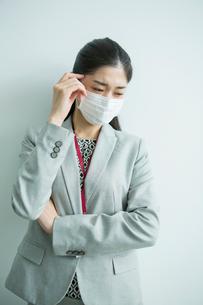 マスクをした30代女性会社員の写真素材 [FYI01438476]
