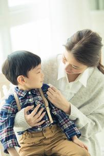 子供を抱きかかえる母親の写真素材 [FYI01438482]