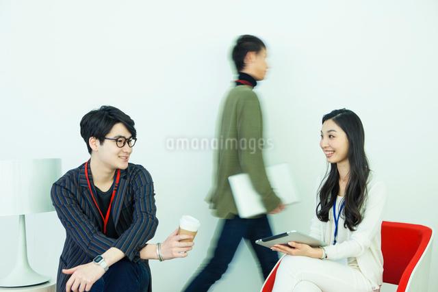 20代男女3人の仕事風景の写真素材 [FYI01438487]