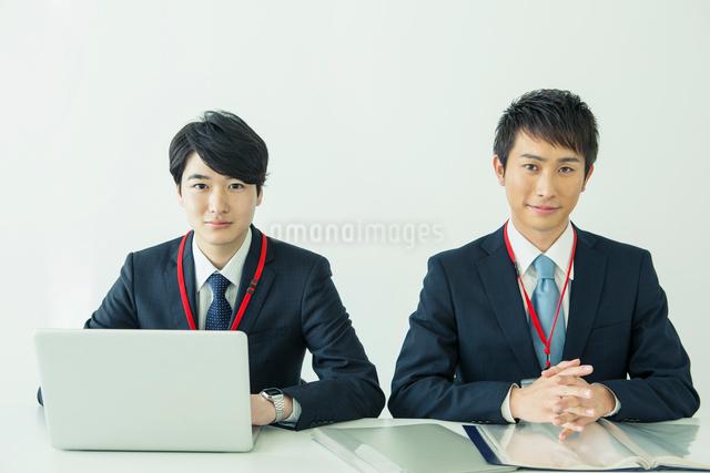 スーツ姿の20代男性2人の写真素材 [FYI01438544]