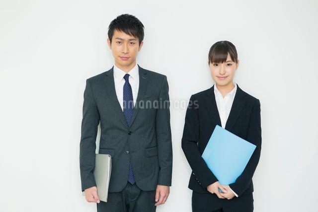 ファイルを持つスーツ姿の20代男女の写真素材 [FYI01438596]