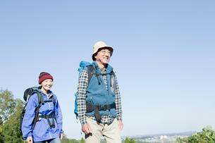 ハイキングを楽しむシニアカップルの写真素材 [FYI01438612]