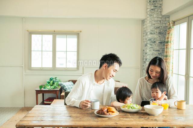 家族4人の食事シーンの写真素材 [FYI01438701]