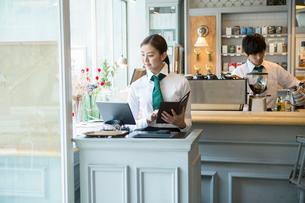 20代女性カフェ店員の写真素材 [FYI01438731]
