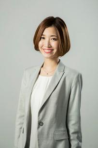 笑顔のスーツ姿の20代女性ポートレートの写真素材 [FYI01438739]