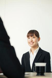 面接を受ける20代女性の写真素材 [FYI01438818]