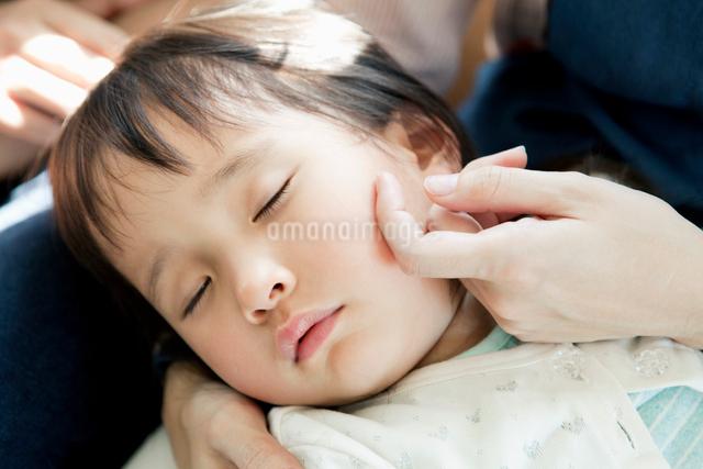 寝顔がかわいい女の子の写真素材 [FYI01438822]