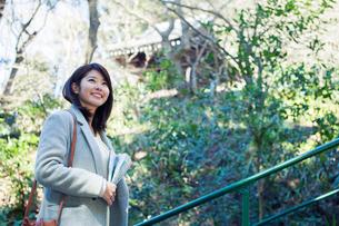 一人旅を楽しむ20代女性の写真素材 [FYI01438823]
