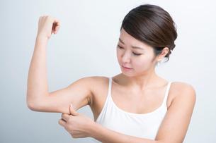 二の腕の脂肪が気になる20代女性の写真素材 [FYI01438840]