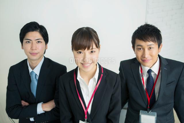 笑顔のスーツ姿の20代男女の写真素材 [FYI01438888]