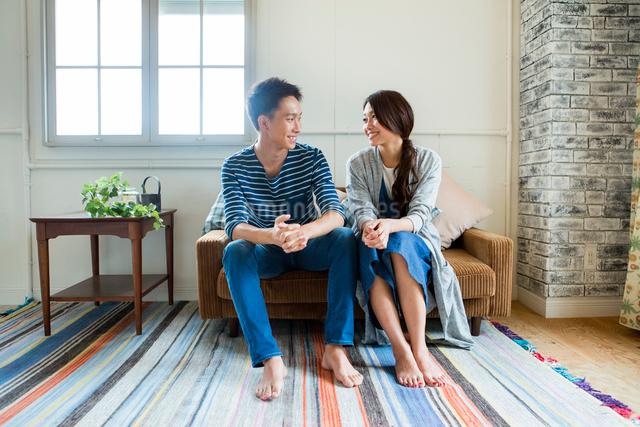 ソファーで過ごす夫婦の写真素材 [FYI01438891]