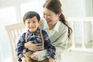 子供を抱きかかえる母親の写真素材 [FYI01438892]