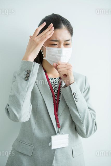 マスクをした30代女性会社員の写真素材 [FYI01438907]