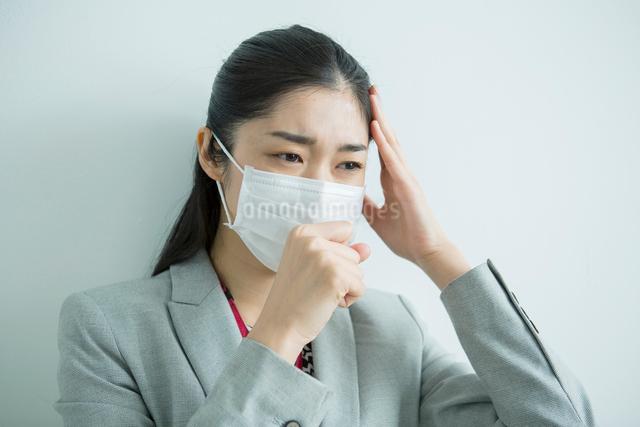 マスクをした30代女性会社員の写真素材 [FYI01438917]