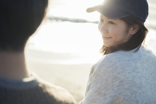 海でのデートを楽しむ20代女性の写真素材 [FYI01438922]