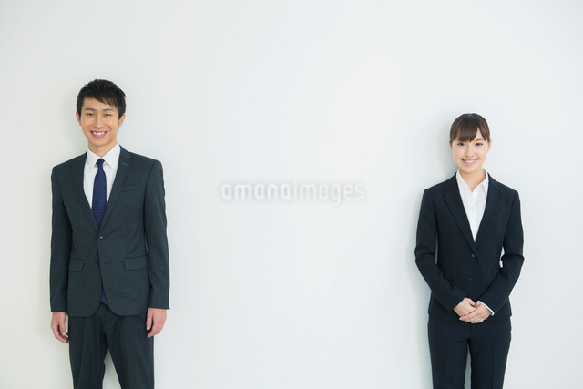 スーツ姿の20代男女の写真素材 [FYI01438939]