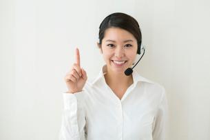 コールセンターで働く20代女性の写真素材 [FYI01438950]