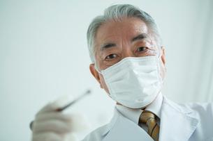 マスクをした70代男性歯医者の写真素材 [FYI01439001]