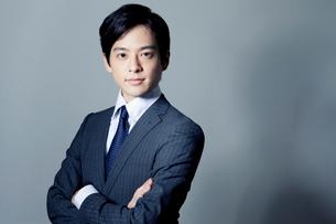 スーツ姿の20代の日本人男性の写真素材 [FYI01439048]