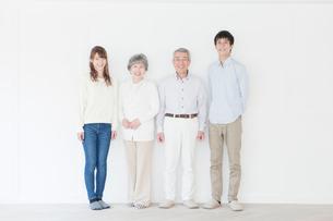 笑顔の二世代家族ポートレートの写真素材 [FYI01439083]