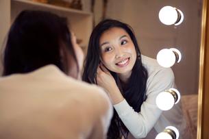 鏡に向かう20代女性の写真素材 [FYI01439089]
