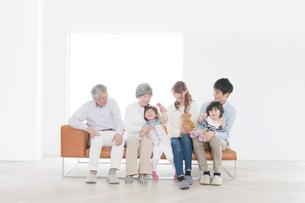 ソファに座る三世代家族の写真素材 [FYI01439169]