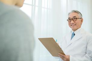 白衣を着た70代男性医師の写真素材 [FYI01439203]