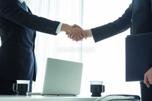 握手をするスーツ姿の20代男性手元の写真素材 [FYI01439209]