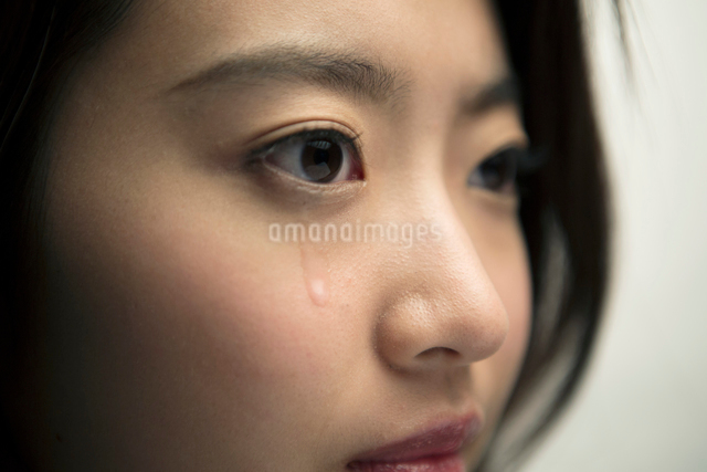 涙を流す20代女性の写真素材 [FYI01439254]