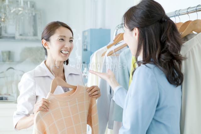 洋服店の店員と客の写真素材 [FYI01439275]