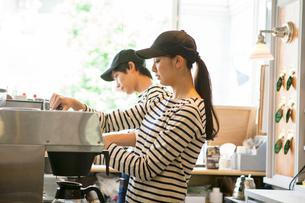20代男女カフェ店員の写真素材 [FYI01439294]