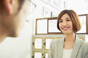 カフェで話すスーツ姿の男女の写真素材 [FYI01439322]