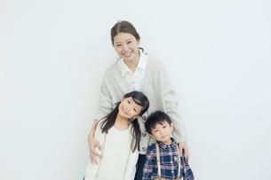 笑顔の仲良し親子ポートレートの写真素材 [FYI01439346]