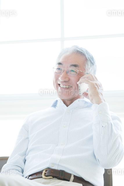 携帯電話で話すシニア男性の写真素材 [FYI01439512]