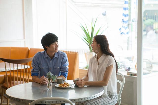 カフェでコーヒーを飲む20代男女の写真素材 [FYI01439513]