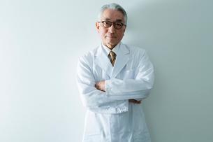 白衣を着た70代男性の写真素材 [FYI01439521]