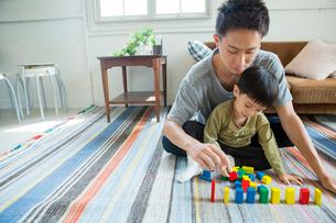 リビングで遊ぶ父と子どもの写真素材 [FYI01439543]