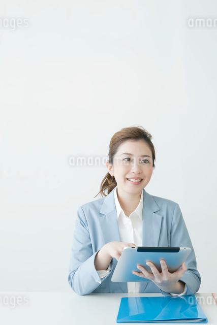 タブレットを持つヤングビジネスウーマンの写真素材 [FYI01439551]