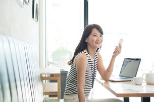 カフェでの20代女性ビジネスイメージの写真素材 [FYI01439574]