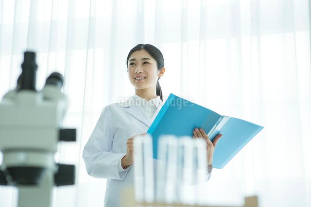 研究をする30代女性の写真素材 [FYI01439589]