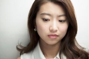 涙を流す20代女性の写真素材 [FYI01439624]