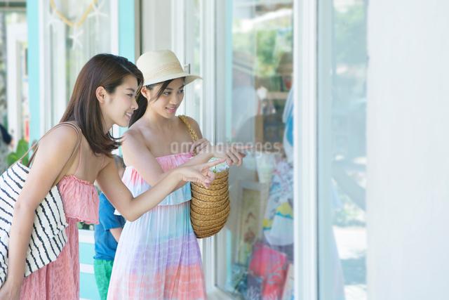 観光する20代女性2人の写真素材 [FYI01439664]