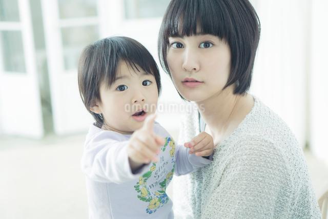 一点をみつめる親子の写真素材 [FYI01439698]