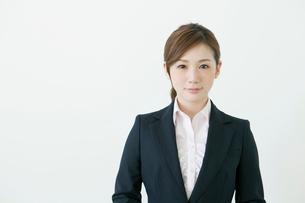 スーツ姿の20代の女性の写真素材 [FYI01439717]