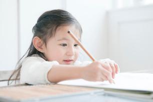 お絵かきをする女の子の写真素材 [FYI01439736]