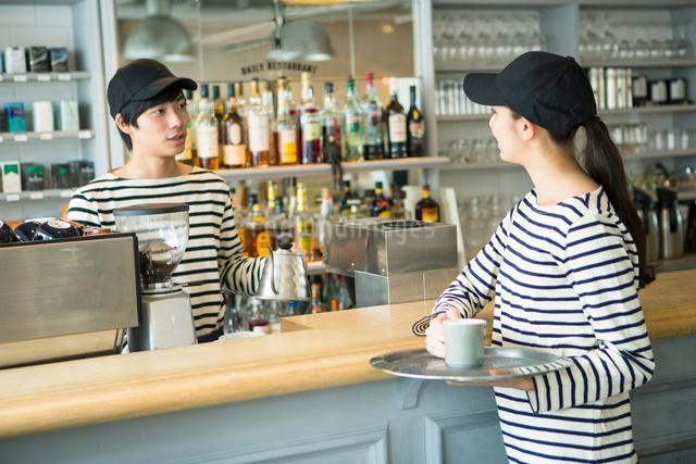20代男女カフェ店員の写真素材 [FYI01439754]
