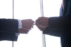 ビジネスマンの名刺交換シーンの写真素材 [FYI01439779]
