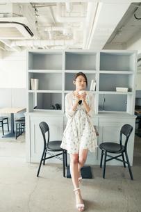 20代女性ライフスタイルイメージの写真素材 [FYI01439784]