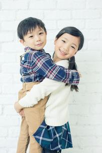弟を抱きしめるお姉ちゃんの写真素材 [FYI01439790]