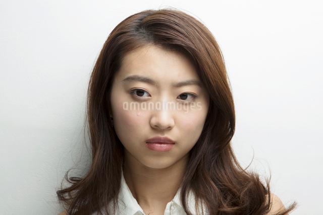 涙を流す20代女性の写真素材 [FYI01439796]